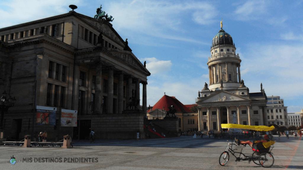Konzerthaus e Iglesia Francesa en Gendarmenmarkt (Berlín, Alemania)
