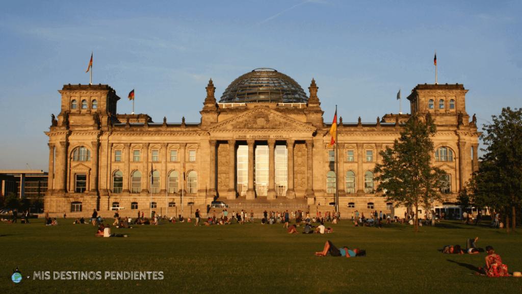 Vista del Reichstag desde la Plaza de la República (Berlín, Alemania)