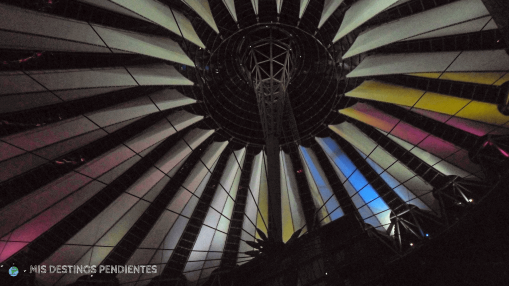 Cúpula del Sony Center de Noche (Berlín, Alemania)