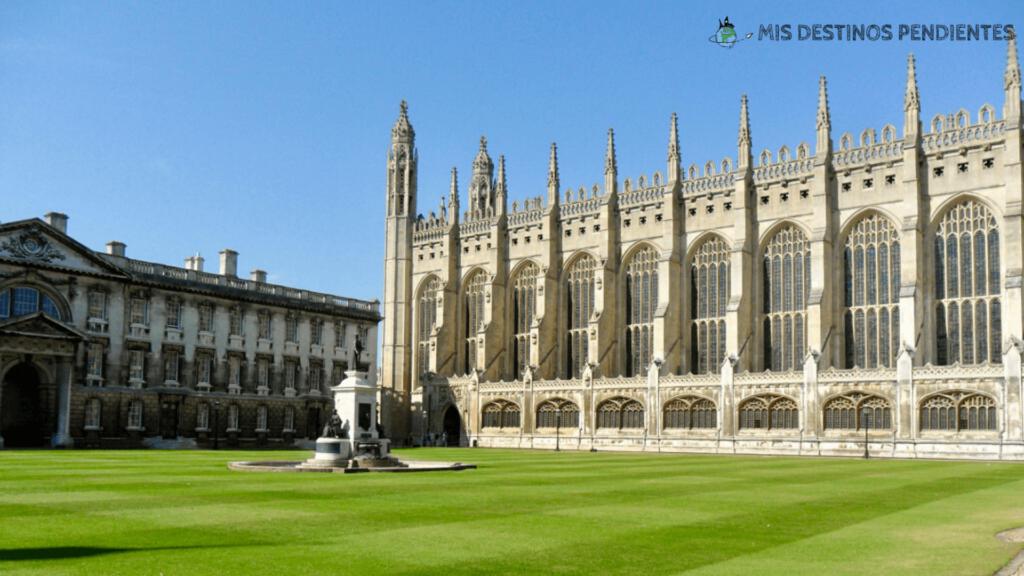 Patio interior del King's College, con la capilla al fondo (Cambridge, Inglaterra)