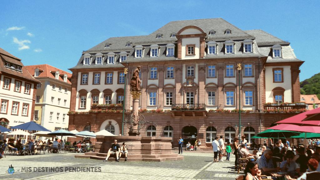 Herculesbrunnen con el ayuntamiento al fondo (Heidelberg, Alemania)